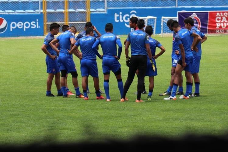 Ante un buen ambiente se finalizó la semana de trabajo en el campamento chivo que busca la punta del torneo ante Municipal. (Foto Prensa Libre: Raúl Juárez)