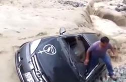 Sano y salvo logró salir el conductor del vehículo arrastrado por corriente de río en Perú. (Foto Prensa Libre: ABC News)