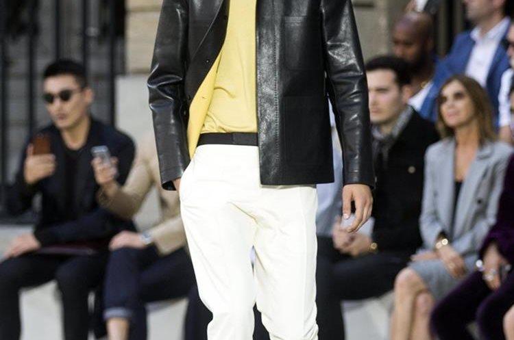 El diseñador colombiano Haider Ackermann presentó la colección para Berluti durante la semana de la moda. (Foto Prensa Libre:EFE).