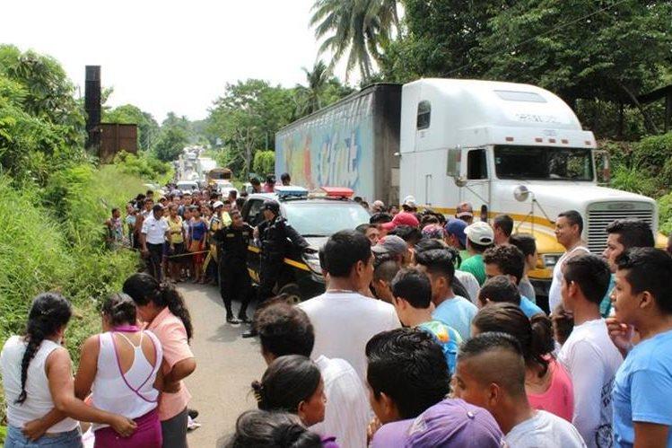 Agentes de la PNC resguardan lugar donde dos hombres murieron arrollados, en Chiquimulilla. (Foto Prensa Libre: Oswaldo Cardona)