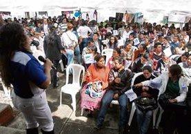 Decenas de asistentes esperan en vano a Jimmy Morales, en la sede metropolitana de FCN-Nación, zona 9.