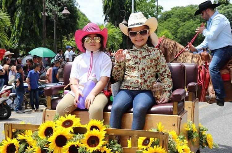 El desfile hípico de Chiquimula atrae a público de todas las edades. (Foto Prensa Libre: Mario Morales)