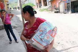 Ha habido denuncias de bolsas que incluyen propaganda del partido de gobierno.