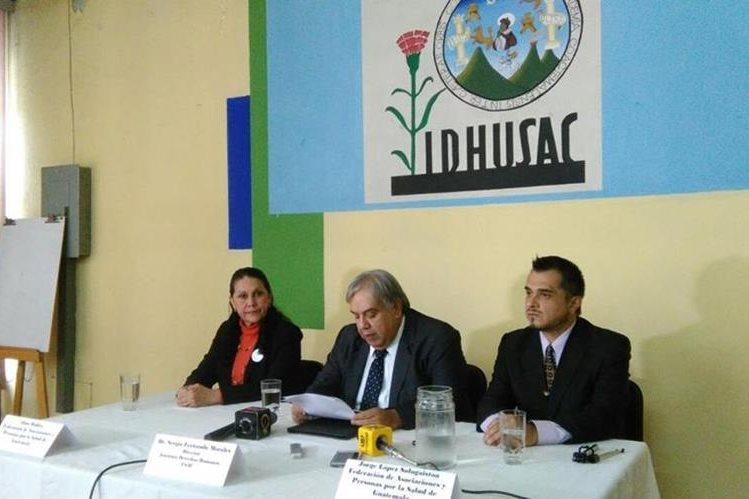 Alma Robles, de la Federación de Asociaciones y Personas por la Salud de Guatemala; Sergio Morales, director del IDHUsac y Jorge López, también de la Federación, en conferencia de prensa. (Foto Prensa Libre: Andrea Orozco)