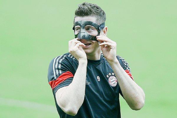 El jugador del Bayern de Múnich Robert Lewandowski se ejercitó ayer durante el entrenamiento del equipo. (Foto Prensa Libre: EFE).