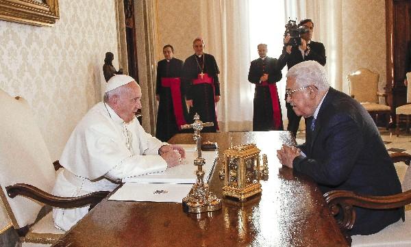 La reunión marca la cuarta vez que el Papa se ha reunido con Mahmud Abás. (EFE).