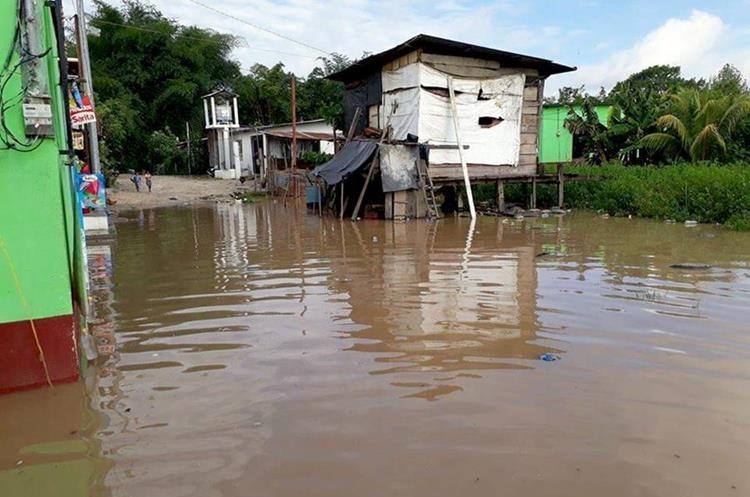 Vecinos del barrio El Caribe en Morales Izabal fueron sorprendidos con la crecida del río que anego algunas viviendas y calles. (Foto Prensa Libre: Dony Stewart)