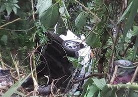 Vehículo cayó en barranco en ruta Interamericana. (Foto Prensa Libre: Emixtra)
