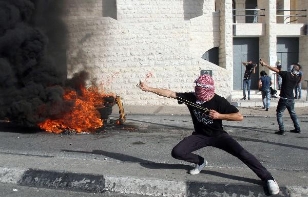 Manifestantes palestinos se enfrentan a las fuerzas de seguridad israelíes en Belén.