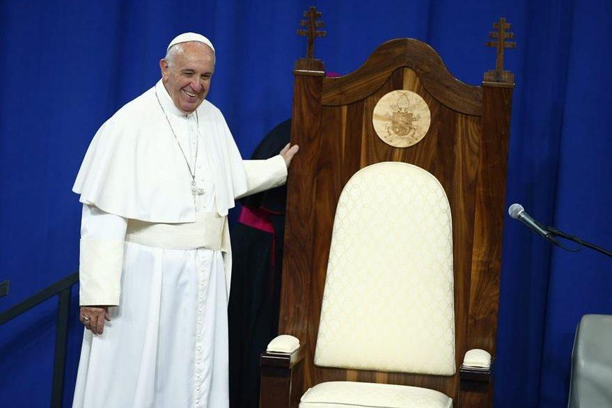 Los reclusos elaboraron y obsequiaron al Pontífice una silla de madera, la cual fue recibida con agrado por el jerarca católico. (Foto Prensa Libre: EFE).