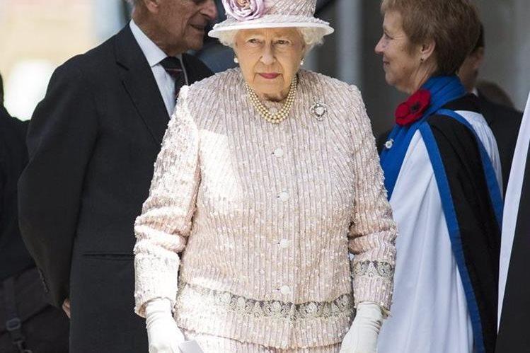 Geoffrey pide en deferencia a Isabel II que el diamante sea retirado de la corona. (Foto Prensa Libre: EFE).