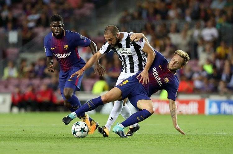 Ivan Rakitic y  Gonzalo Higuaín  disputan el balón en el duelo de Champions.