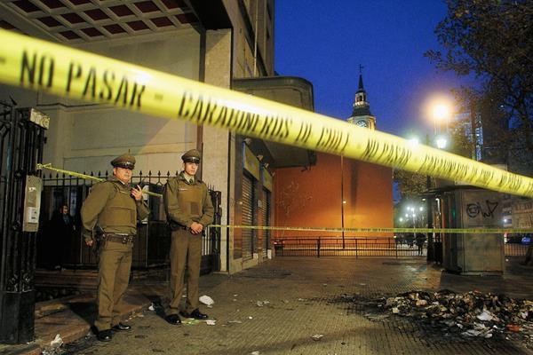 Policiás vigilan   la  discoteca donde ocurrió el incidente en Santiago, Chile. (Foto Prensa Libre.EFE)EFE