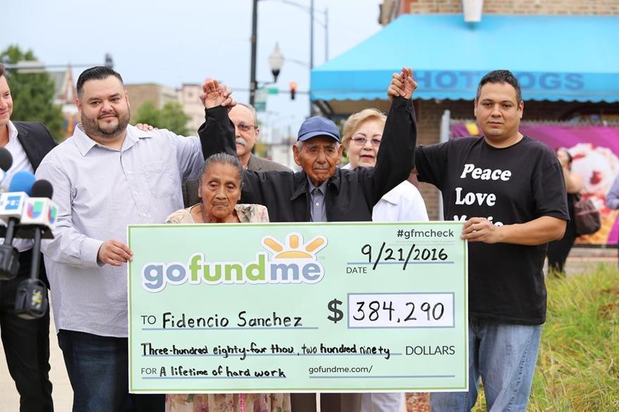 El inmigrante mexicano Fidencio Sánchez (3-d), de 90 años, y su esposa Eladia Patiño (2-i) posan con un cheque. (Foto Prensa Libre: EFE).