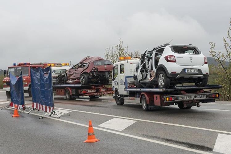 Los dos vehículos accidentados en una carretera de figuereas, Cataluña, son trasladados a un predio judicial. (Foto Prena Libre: AFP).