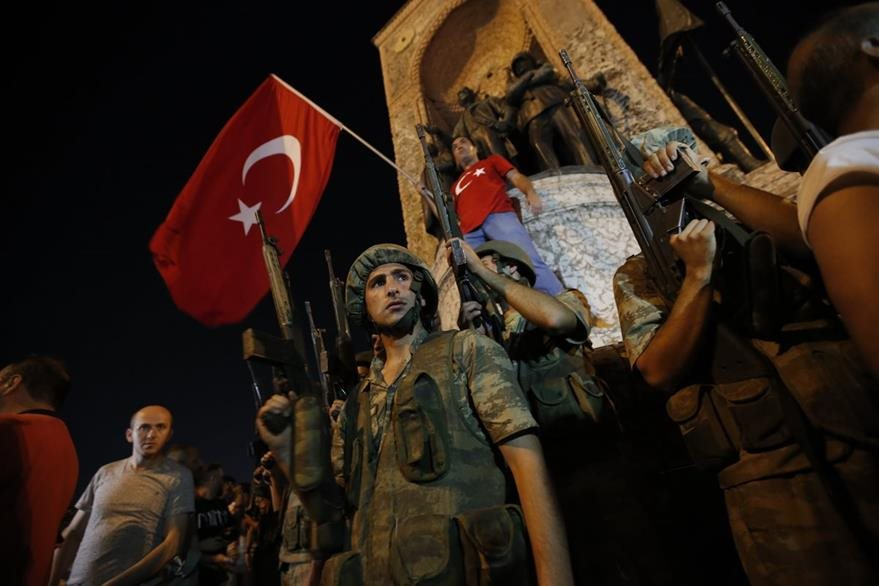 Manifestantes turcos muestran su respaldo al presidente Erdogan en Estambul. (Foto Prensa Libre: AP).