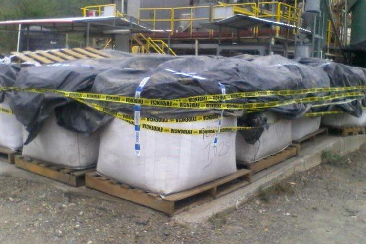 ueron 74 sacos con material que podría contener oro extraído de manera ilegal. (Foto Prensa Libre: Cortesía PNC)
