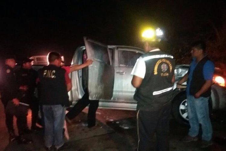 Agentes de la PNC recogen evidencias en picop en el que viajaban hondureños atacados a balazos en Sanarate, El Progreso. (Foto Prensa Libre: Hugo Oliva)