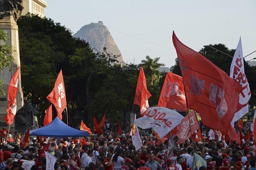 Simpatizantes de Rousseff se manifiestan en San Paulo, Brasil. (Foto Prensa Libre: AFP)