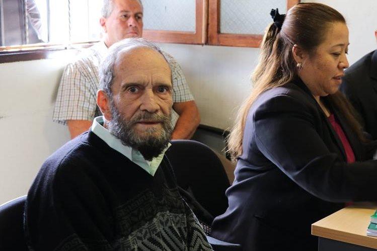 El sacerdote Ricardo Sáenz Cóbar fue absuelto por desobediencia, pero deberá pagar una multa por falta contra el Patrimonio Cultural de la Nación. (Foto Prensa Libre: Julio Sicán)
