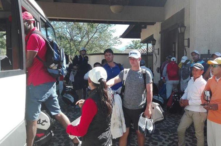 Los participantes abordan nuevamente los buses luego de la cancelación del evento. (Foto Prensa Libre: Carlos Vicente)