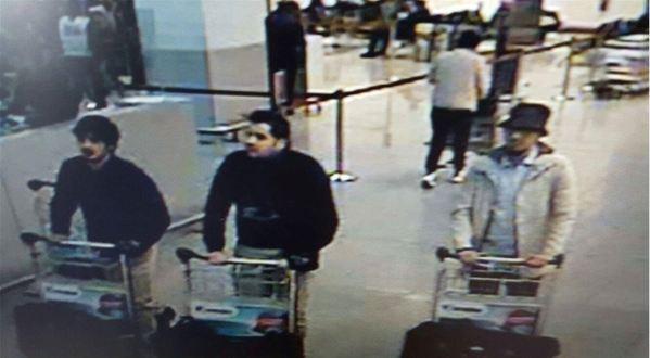 Esta fotografía muestra a los supuestos atacantes en el aeropuerto de Bruselas. (Foto Prnesa Libre. AFP).