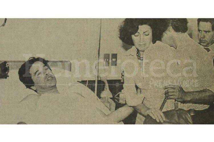 El licenciado Manuel Colom Argueta durante su convalecencia en un centro hospitalario privado acompañado de su esposa Ana de Colom. (Foto: Hemeroteca PL)