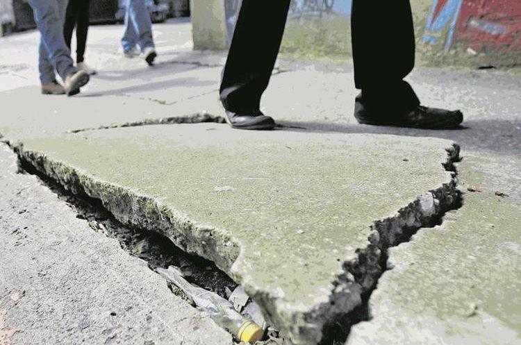 Algunas banquetas del Centro Histórico capitalino representan un peligro para los peatones, pues muchas tienen agujeros, están rotas o raíces de árboles las han arruinado, como la de  la 10 calle entre 9a y 10a avenidas, zona 1. (Foto Prensa Libre: Esbin García)