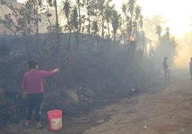 Vecinos de varias comunidades ayudaron a sofocar el incendio forestal.(Foto Prensa Libre: Mario Morales)