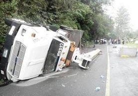 Grúa que volcó en la carretera que conduce de San Lucas Tolimán a Patulul. (Foto Prensa Libre: Ángel Julajuj)