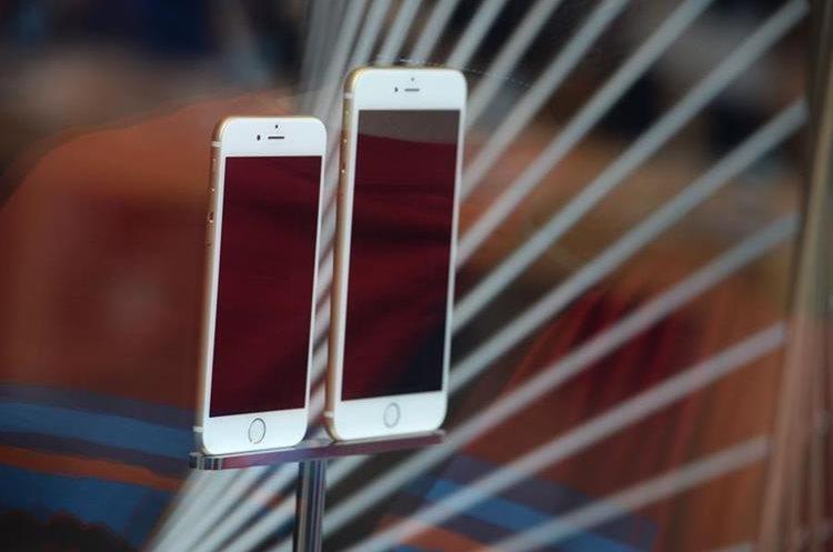 El iPhone es uno de los principales productos de Apple (Foto Prensa Libre: AFP).