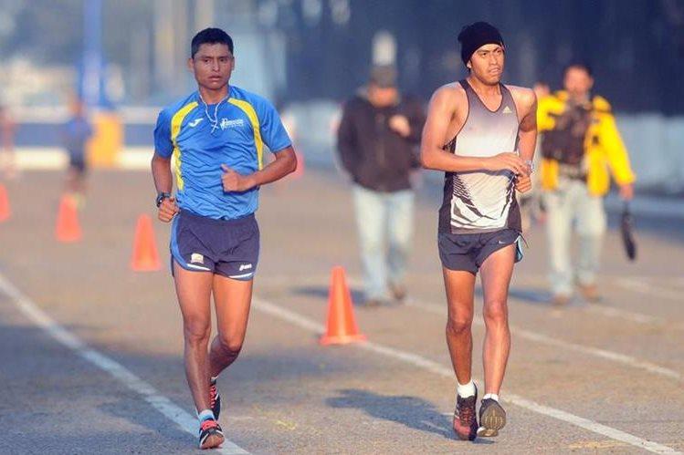 Érick Barrondo -izquierda- se entrena en el Campo Marte. (Foto Prensa Libre: Jeniffer Gómez)
