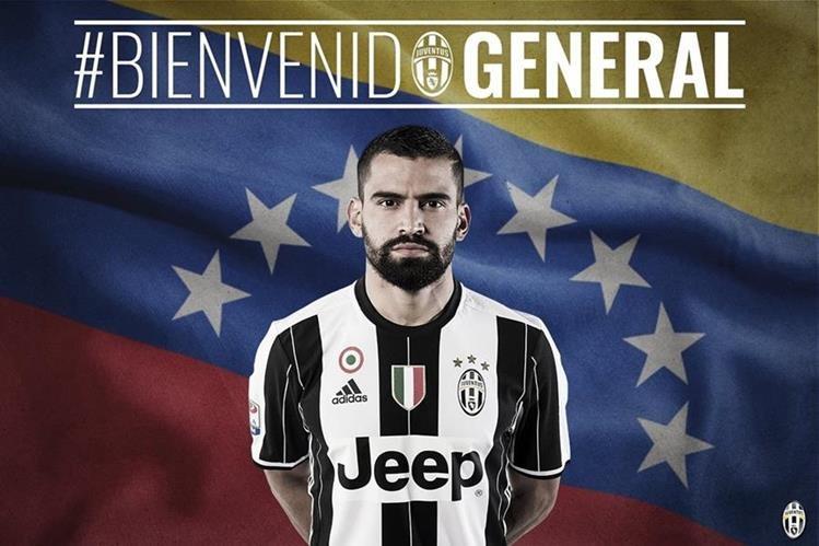 Con esta imagene, la Juventus de Turín recibió al colombiano Rincón como su nuevo refuerzo. (Foto Prensa Libre: Twitter Juventus )
