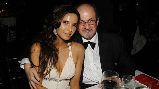 Aunque Salman Rushdie es más conocido por sus libros que por su atractivo físico, se casó con Padma Lakshmi en 2004. (Getty images)