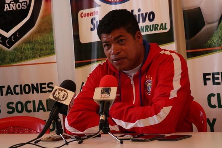 El técnico costarricense Ronald Gómez, de Xelajú, habla durante la conferencia de prensa de este miércoles en el estadio Mario Camposeco. (Foto Prensa Libre: Raúl Juárez)