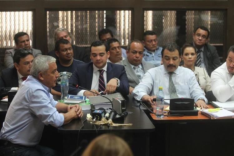 Otto Pérez se identifica ante el juez Miguel Ángel Gálvez, durante la audiencia de primera declaración. (Foto Prensa Libre: Edwin Bercián)
