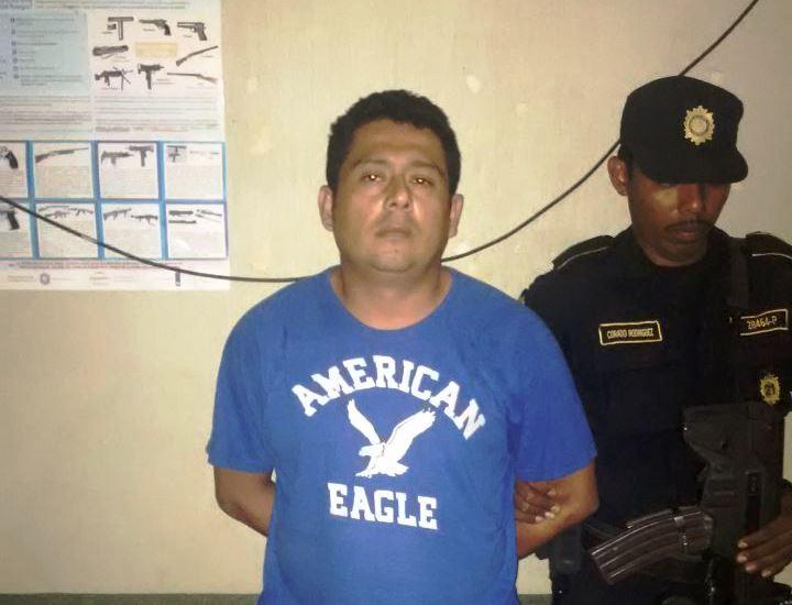 Óscar Wilfredo González Hernández es custodiado por agentes de la PNC, en Jalpatagua, Jutiapa. (Foto Prensa Libre: PNC)