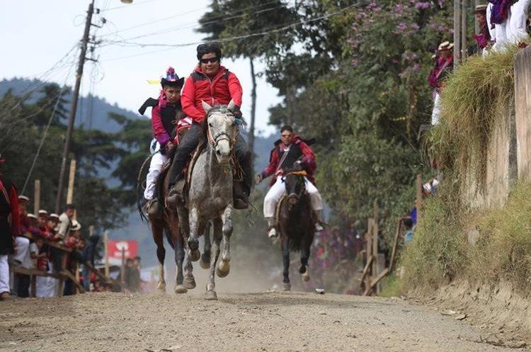 Jinetes participan en carrera de cinta en San Juan Atitán, Huehuetenango.