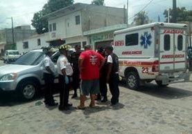 Bomberos Voluntarios ya no pudieron hacer nada por la víctima. (Foto Prensa Libre: Mario Morales)