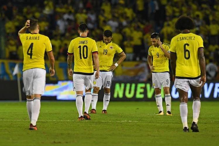 Desilusión total en los jugadores de Colombia que dejaron escapar el pase a la Copa del Mundo en los últimos minutos del partido contra Paraguay. (Foto Prensa Libre: AFP)