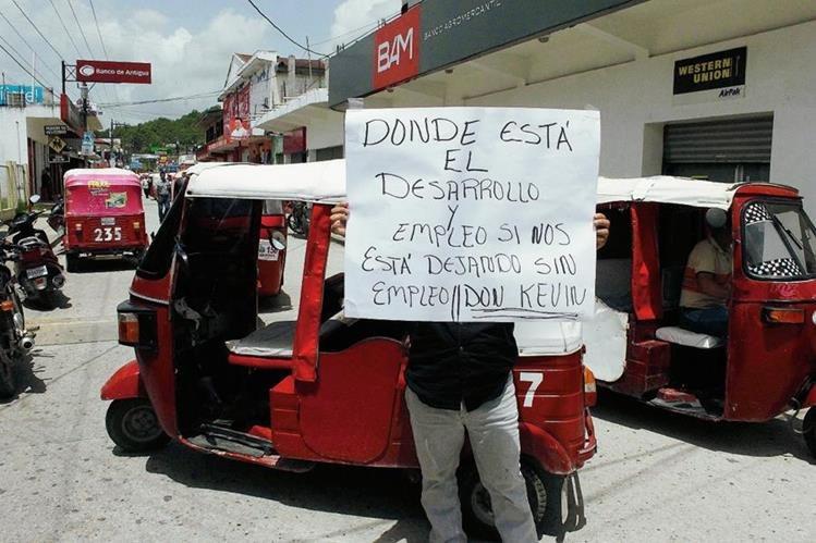 Pilotos de mototaxi en Poptún, Petén, protestan contra el favoritismo del alcalde hacia seguidores del partido Líder. (Foto Prensa Libre: Walfredo Obando)