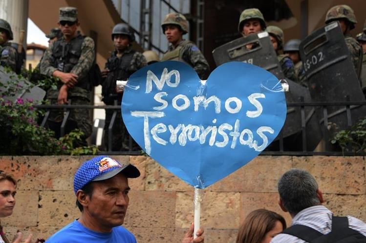 Un opositor hondureño protesta contra una ley que criminaliza las manifestaciones. (Foto Prensa Libre:AFP).
