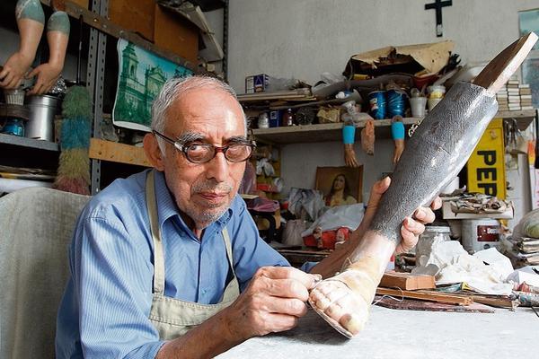 <p>El restaurador Ramiro Irungaray afirma que en el 2001 limpió el Cristo Yacente del Calvario y en esa ocasión también quedó blanco. (Foto Prensa Libre: Brena Martínez)<br></p>