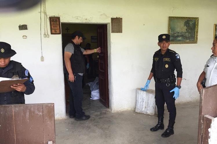 Las autoridades recaban evidencias en escena del crimen contra finquero, en Jalapa. (Foto Prensa Libre: Hugo Oliva)