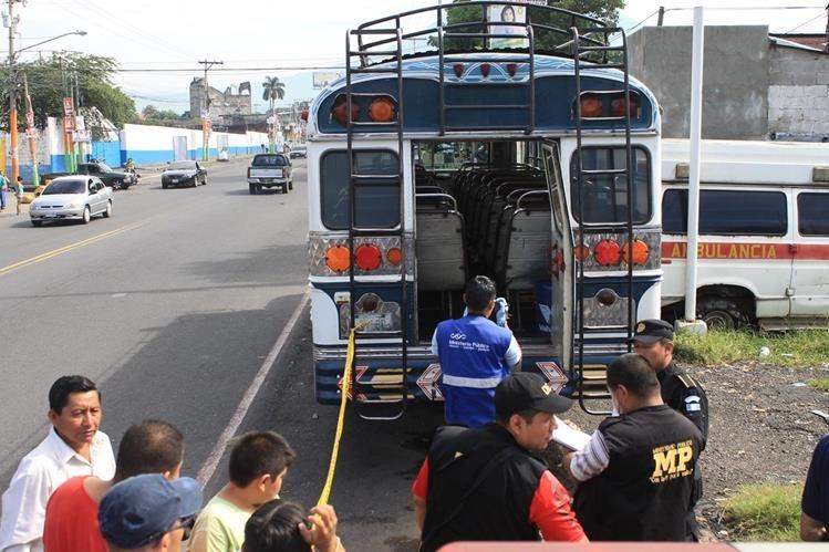 Autoridades analizan el autobús extraurbano en el que ocurrió el ataque. (Foto Prensa Libre)