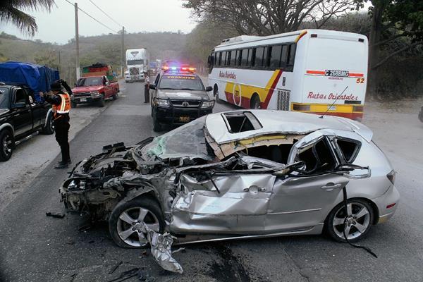 Uno de los vehículos quedó destruido por el accidente  en el kilómetro 63 de la ruta al Atlántico,  Sanarate, El Progreso. (Foto Prensa Libre: Hugo Oliva)