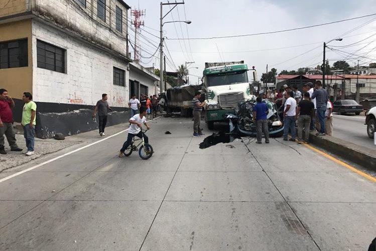 El accidente obstruye los carriles hacia el norte de ruta al Atlántico. (Foto Prensa Libre: @CarlosFlores16).