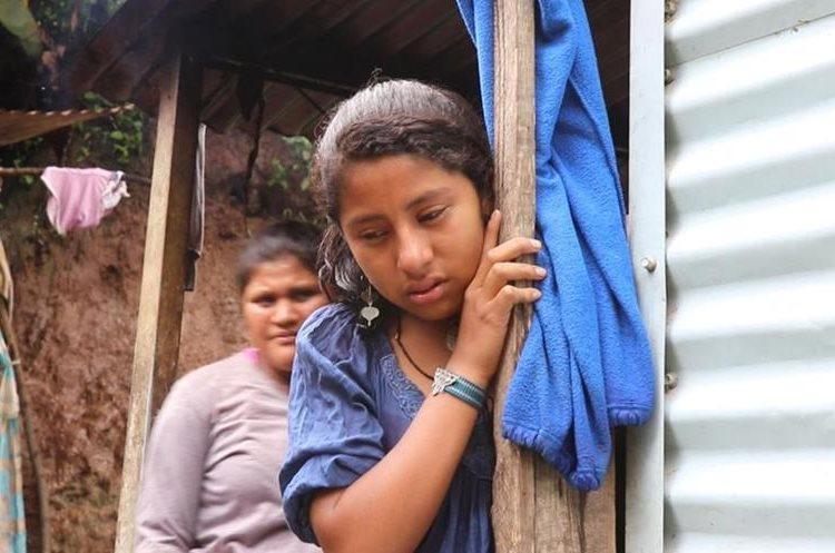 Zuleimy Perez, de 14 años, es una de las sobrevivientes que fue salvada por Samuel Vicente. (Foto Prensa Libre: Hugo Oliva)