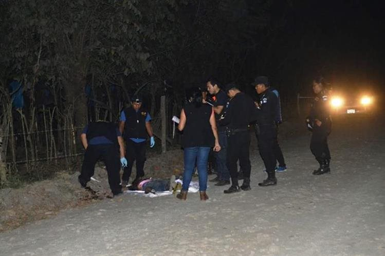 Peritos del Ministerio Público resguardan los cadáveres de dos jóvenes que murieron en el camino de terracería que conduce a la aldea Las Champas, Tiquisate, Escuintla. (Foto Prensa Libre: Enrique Paredes)