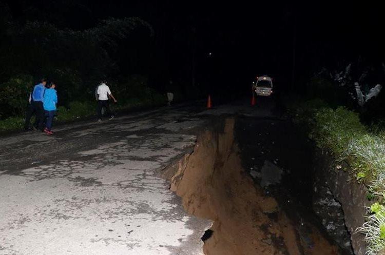 Por hundimiento de carretera que conduce de Retalhuleu a Quetzaltenango, solo hay paso peatonal. (Foto Prensa Libre: Rolando Miranda)